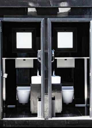 visuale del bagno mobile prefabbricato con entrambe le porte aperte