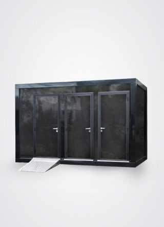 facciata esterna di monoblocco idrico a tre porte con pedana disabili