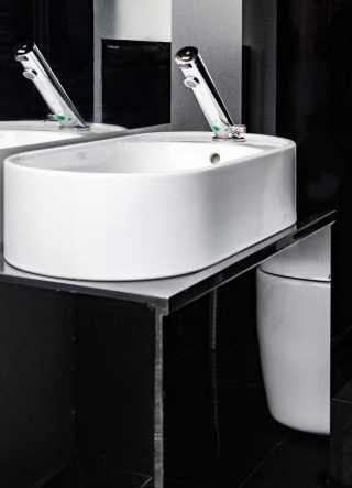 lavabo dei bagni non disabile, mobiletto che riflette il wc di design