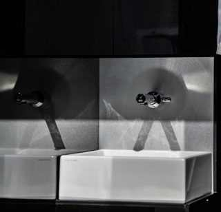 Dettagio lavabo rettangolare in bagno mobile di lusso