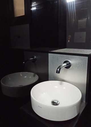 Lavabo tondo in bagno mobile di lusso