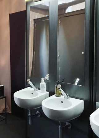 Dettaglio lavabo bianco su struttura in legno nero