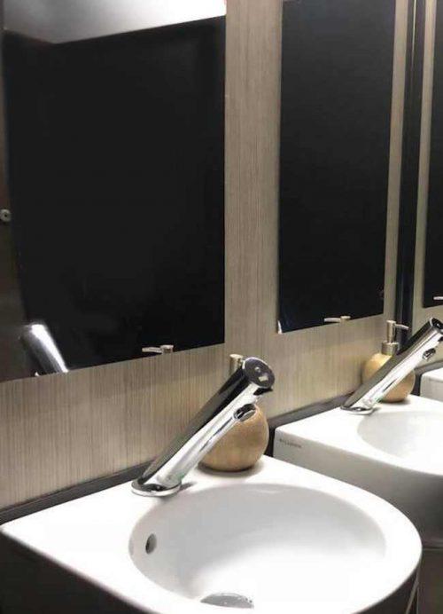Dettaglio lavabo in ceramica in allestimento