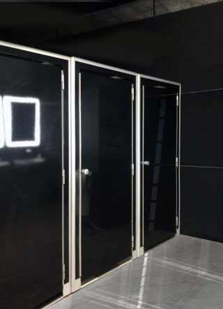 WC pod in finitura gloss black in ambiente indoor