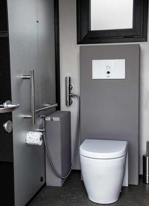 Bagno per disabili in struttura con due stanze da bagno indipendenti